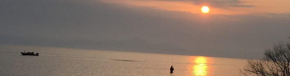 びわ湖の日の出と釣り師